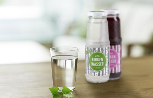 Gläser mit frischem Birkenwasser